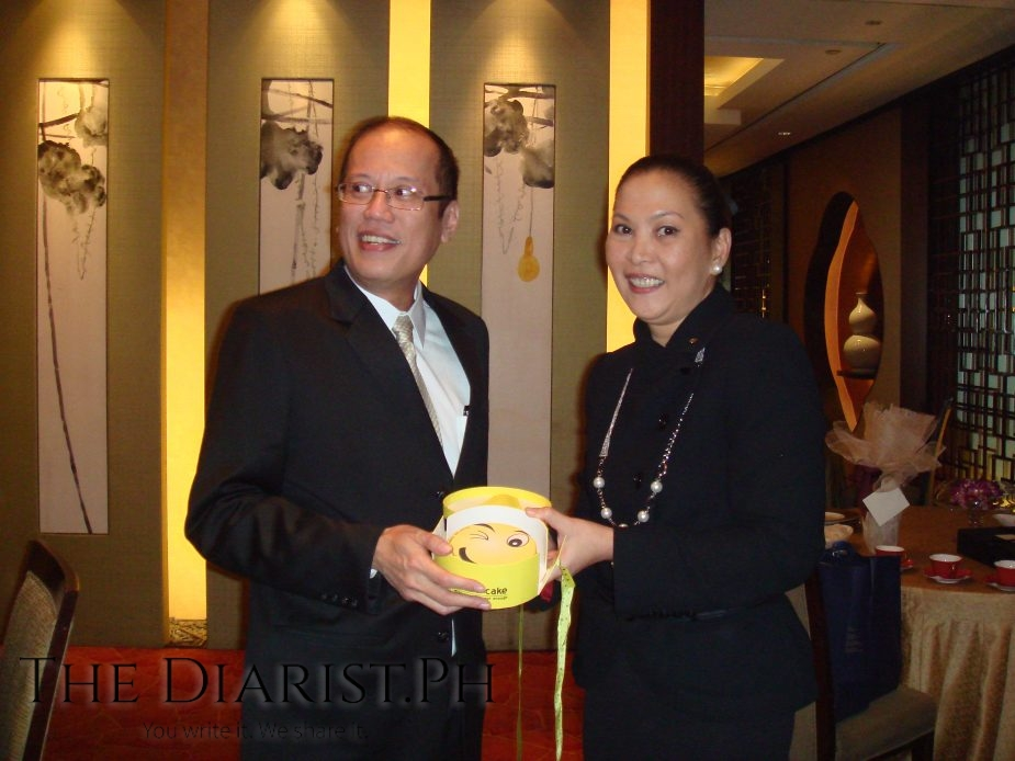 """The author with then President Benigno """"Noynoy"""" Aquino at Shang Palace, presenting him the """"Emoji Cake"""" prepared by Makati Shangri-La's pastry chef"""